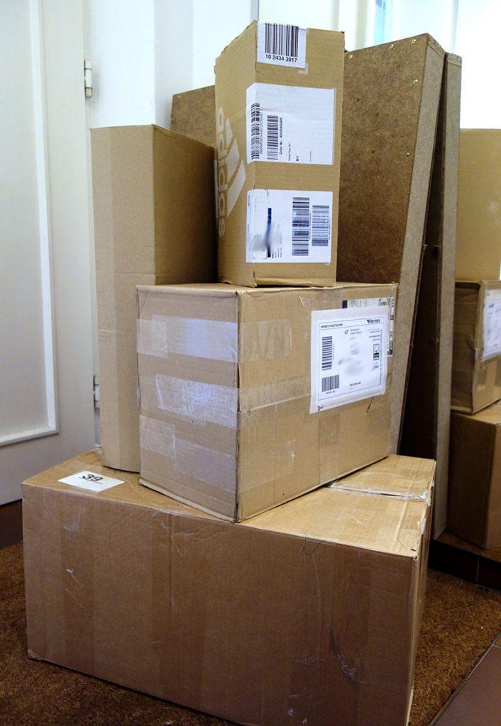 Pakete von DHL, Hermes, DPD und UPS.